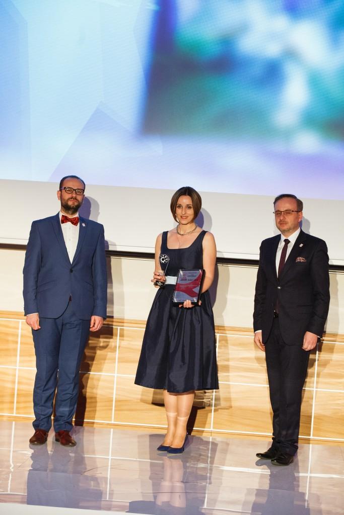 Monika Chomiuk, prezes kliniki Artplastica, odbiera nagrodę JAKOŚĆ ROKU 2015