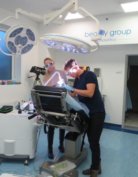 Doktor Grzegorz Jamro wykonujący zabieg NightLase